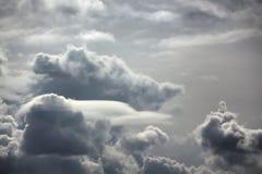 Regenwolken Zonnige dag Royalty-vrije Stock Afbeeldingen
