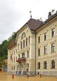 Regering- och parlamentbyggnad i Vaduz Från Liechtenstein furstendöme fotografering för bildbyråer