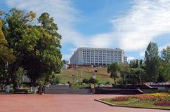 Regerings- hus av Samararegionen Sikt från den Volzhsky avenyn samara Arkivfoto