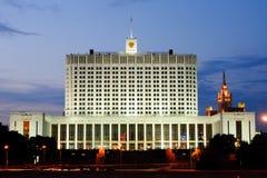 Regerings- hus för Moskva på natten, Ryssland Arkivbild