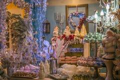 Regeringstiden av Santa Claus shoppar inre med julgarneringar Royaltyfria Foton