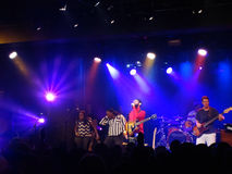 Reggae band Groundation jams on stage with lead singer singing i Royalty Free Stock Photos