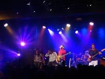 Reggaemusikbandet Groundation sitter fast på etapp med ledningssångaren som sjunger I Royaltyfria Foton
