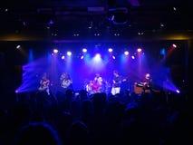 Reggaemusikbandet Groundation sitter fast på etapp med ledningssångaren som sjunger I Arkivfoto