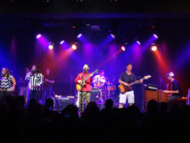 ReggaemusikbandGroundation driftstopp på etapp med skrik int för ledningssångare Royaltyfri Foto