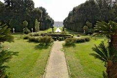 Reggia二卡塞尔塔,意大利 10/27/2018 奥斯陆王宫公园 绿色草坪围拢的一个圆水池的设计 库存图片