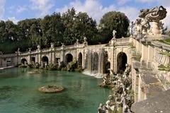 Reggia di Caserta, W?ochy 10/27/2018 Fontanna z wodnym spadkiem Dekoracje z marmurowymi rzeźbami zdjęcia royalty free