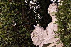 Reggia di Caserta, W?ochy 10/27/2018 Statua w bielu marmurze umieszczaj?cym w parku pa?ac obraz royalty free