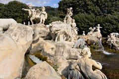 Reggiadi Caserta, Itali? 10/27/2018 Beeldhouwwerken in wit marmer als decoratie van de fonteinen stock foto's