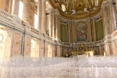 Reggiadi Caserta, Itali? 10/27/2018 Binnenland van de kapel binnen het paleis Eigentijdse plexiglasstoelen stock afbeeldingen