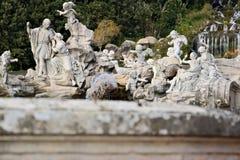Reggiadi Caserta, Itali? 10/27/2018 Fontein met beeldhouwwerken in wit marmer stock afbeelding