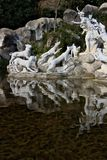 Reggiadi Caserta, Itali? 10/27/2018 Monumentale fontein met beeldhouwwerken in wit marmer stock afbeelding