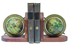 Reggilibri con i libri antichi isolati su bianco fotografia stock libera da diritti