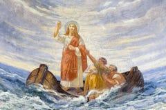 REGGIO EMILIA, ИТАЛИЯ - 12-ОЕ АПРЕЛЯ 2018: Современная фреска Иисус утихомиривает шторм в церков Chiesa di Сан Agostino стоковые фотографии rf