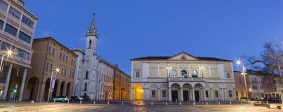Reggio Emilia - della πλατειών Vittoria, Teather Ariosto και Galleria Parmeggiani στο σούρουπο στοκ φωτογραφία