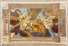 REGGIO EMILIA, ITÁLIA - 13 DE ABRIL DE 2018: O fresco do teto dos anjos com os trumphs na igreja Chiesa di San Pietro Fotos de Stock