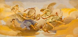 REGGIO EMILIA, ITALIEN - APRIL 13, 2018: Freskomålningen av änglar med de symboliska tangenterna av St Peter i kyrkliga Chiesa di royaltyfri bild