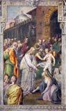 REGGIO EMILIA, ITALIEN - APRIL 12, 2018: FreskomålningKristus och kvinnan med frågan av blod i kyrkliga Basilika di San Prospero Arkivfoto