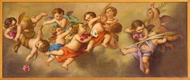 REGGIO EMILIA, ITALIEN - APRIL 12, 2018: Målningen av änglar i den kyrkliga Chiesa deien Cappuchini vid fältprästen Angelico da V Arkivbilder
