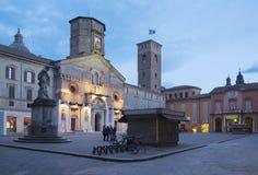 Reggio Emilia - Praça quadrada del Domo no crepúsculo imagens de stock royalty free