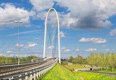 Reggio Emilia - puente arqueado moderno del arquitecto Santiago Calatrava imagen de archivo libre de regalías