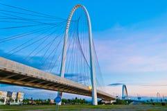 Reggio Emilia, puentes de Italia - de Calatrava en la oscuridad Imagen de archivo libre de regalías