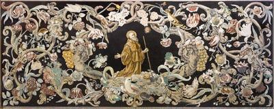 Reggio Emilia - stenmosaiken Pietra Dura med den heliga munken på bönen i kyrkliga Chiesa di Santo Stefano royaltyfri fotografi