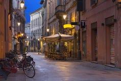 Reggio Emilia - ulica stary miasteczko przy półmrokiem obraz stock