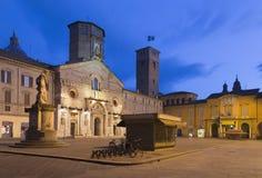 Reggio Emilia - vierkante Piazza del Duomo bij schemer Stock Afbeeldingen