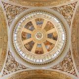 REGGIO EMILIA WŁOCHY, KWIECIEŃ, - 13, 2018: Cupola w kościelnym Chiesa Di San Pietro z frescoes Anselmo Govi 1939 obraz stock