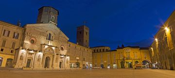REGGIO NELL'EMILIA, ITALIA - 12 APRILE 2018: Piazza del Duomo al crepuscolo fotografie stock libere da diritti