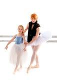 Reggiseni di Learns Port Des dello studente dall'insegnante di balletto Fotografie Stock Libere da Diritti