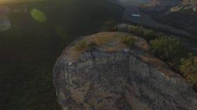 Região das montanhas em Geórgia Montanhas de Cáucaso e opinião aérea da floresta na paisagem da montanha com fundo do por do sol video estoque