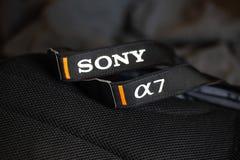 Região de Chelyabinsk, Rússia - EM JULHO DE 2019 Logotipo na correia de Sony A7 foto de stock royalty free