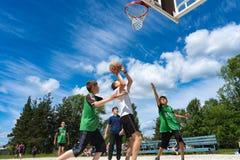 Região de Chelyabinsk, Rússia - em junho de 2019 Jogadores de basquetebol na a??o na corte imagem de stock