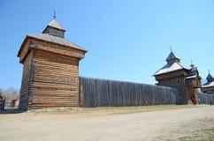 Região de Irkutsk, Rússia - maio, 10 2015: Igreja de madeira do ícone de Kazan da mãe do deus na vila de Taltsy Fotografia de Stock Royalty Free