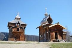 Região de Irkutsk, Rússia - maio, 10 2015: Igreja de madeira do ícone de Kazan da mãe do deus na vila de Taltsy Fotos de Stock