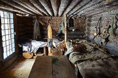 Região de Irkutsk, RU-fevereiro, 18 2017: Interior da cabana da caça Museu da arquitetura de madeira Taltsy Fotografia de Stock