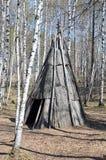 Região de Irkutsk, RU-maio, 10 2015: Amigo de Polo - moradia portátil em uma forma cônica, coberta com a casca Museu de madeira Foto de Stock Royalty Free