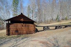 Região de Irkutsk, RU-maio, 10 2015: Cascata do meio dos moinhos de água do século XIX no museu da arquitetura de madeira Taltsy Fotos de Stock