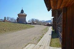 Região de Irkutsk, RU-maio, 10 2015: Rua da vila no museu exterior da arquitetura de madeira Taltsy Fotos de Stock