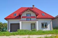 Região de Kaliningrad, Rússia & x22; Eu o sell& x22; uma casa de campo nova com uma bandeira imagens de stock royalty free