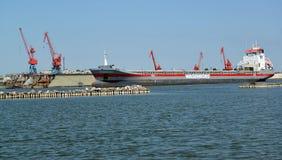 Região de Kaliningrad, Rússia O cargoship universal de DONGEBORG na área da água do porto foto de stock