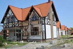 Região de Kaliningrad, Rússia Terminar trabalha em uma fachada de uma casa de campo nova imagem de stock royalty free