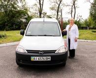 REGIÃO de KIEV, UCRÂNIA - 12 de maio de 2016: ambulância com um doutor na rua Fotos de Stock