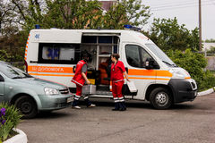 REGIÃO de KIEV, UCRÂNIA - 12 de maio de 2016: ambulância e uma enfermeira na rua A ambulância está perto do hospital Foto de Stock Royalty Free
