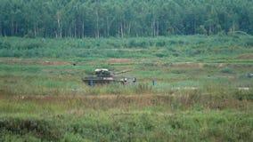 REGIÃO DE MOSCOU, RÚSSIA - 25 DE AGOSTO DE 2017 Tiro do movimento lento de mover a artilharia automotora nova de Sprut SD do exér filme