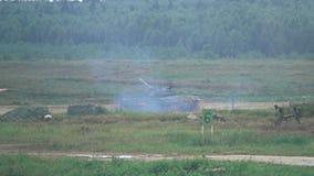 REGIÃO DE MOSCOU, RÚSSIA - 25 DE AGOSTO DE 2017 Tiro super do movimento lento de tanque de exército movente do russo e de soldado video estoque