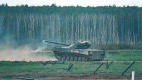 REGIÃO DE MOSCOU, RÚSSIA - 25 DE AGOSTO DE 2017 Tiro super do movimento lento de uma artilharia automotora nova de Sprut SD do ex vídeos de arquivo