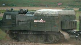 REGIÃO DE MOSCOU, RÚSSIA - 25 DE AGOSTO DE 2017 Transportador militar móvel da esteira rolante do russo vídeos de arquivo